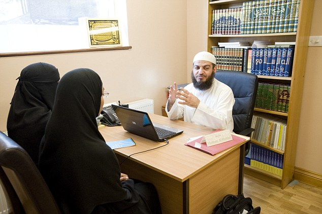 ISLAMIC SHARIA COUNCIL. APPLICATION MEETING AT LEYTONSTONE ISLAMIC CENTRE.  SHEIKH HAITHAM AL-HADDAD TALKING TO TWO FEMALE DIVORCE APPLICANTS. 01-07 -09 PIC BY IAN MCILGORM