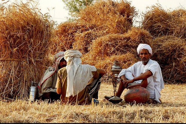 photos-of-pakistani-villages-farmers-relaxing-and-smoking-huqqa-pictures-of-pakistani-villages-pakistani-village-life
